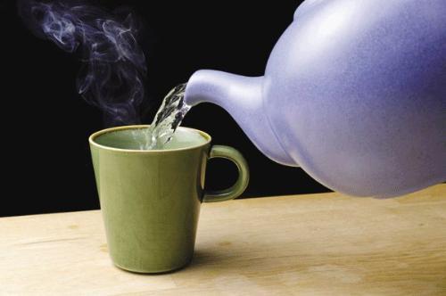 Uống nước nóng có nhiều lợi ích hơn bạn tưởng