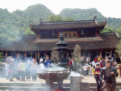 Chùa Hương là một nơi thờ tự linh thiêng được nhiều người tìm đến.