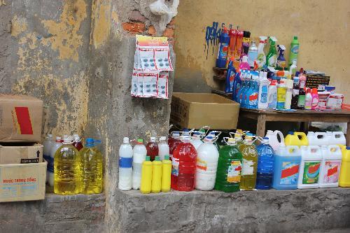 Nước rửa bát không rõ nguồn gốc được bày bán công khai trên phố Hàng Gà.