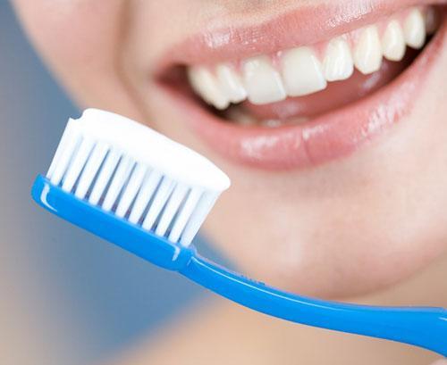 Kết quả hình ảnh cho Răng nhiễm chất hóa học fluo chứa nhiều trong kem đánh