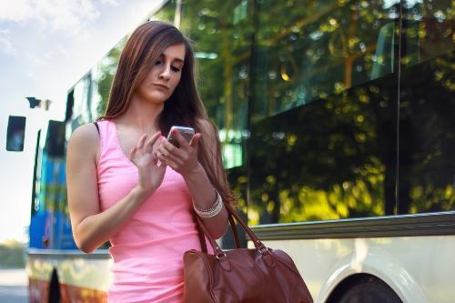 Sử dụng smartphone thường xuyên gây nên những hậu quả khôn lường cho cột sống.