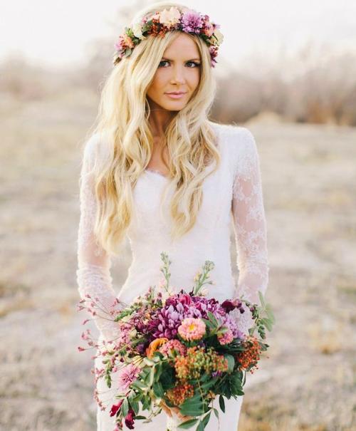 Váy cưới boho sẽ hoàn hảo hơn nếu có vòng hoa đội đầu.