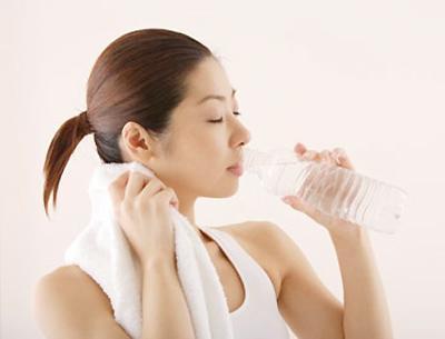 Uống đủ nước để giảm béo mặt