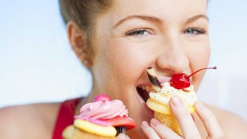 Một trong những nguyên nhân quan trọng nhất gây sâu răng là ăn nhiều đồ ngọt. (Ảnh minh họa)