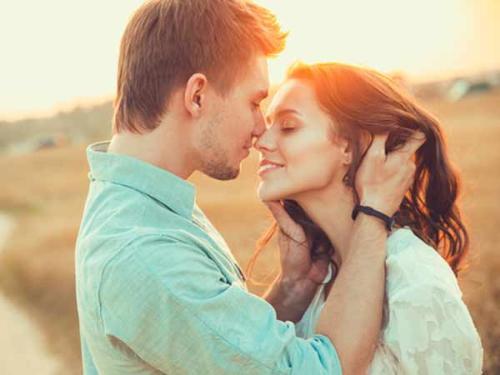 Dành cho nhau những lời yêu thương sẽ làm cho mối quan hệ của hai người ngọt ngào hơn. (Ảnh minh họa)