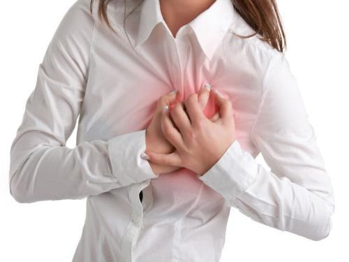 Đau ngực là dấu hiệu đầu tiên cảnh báo bệnh tim.