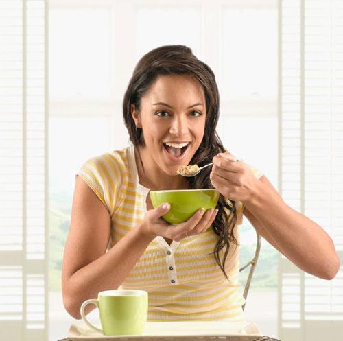 Ăn chậm, nhai ký, tập trung khi ăn... là những bí quyết giúp bạn tránh xa đau dạ dày. (Ảnh minh họa)