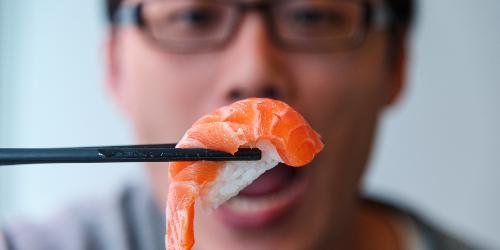 Người đàn ông có thói quen ăn cá sẽ tốt cho sức khỏe sinh sản.