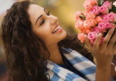 Nụ cười, sự cởi mở, tự tin... luôn khiến người khác dễ chịu và được yêu mến. (Ảnh minh họa)
