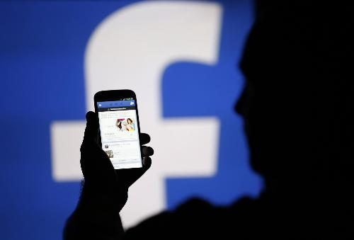Đặc biệt những việc riêng tư của cá nhân và gia đình, con cái bạn không nên chia sẻ lên Facebook. (Ảnh minh họa)