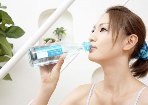 Uống đủ nước kích thích nhu động ruột, giúp đi tiêu dễ dàng. (Ảnh minh họa)