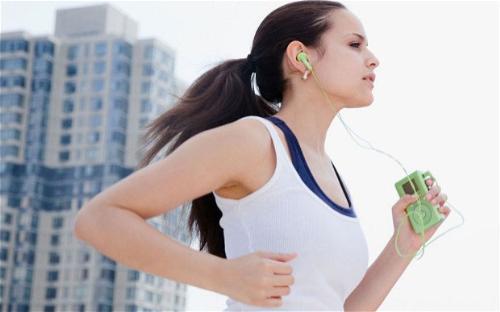 Cách làm thon gọn bắp chân hiệu quả nhất chính là tập thể dục như đi bộ, chạy bộ.