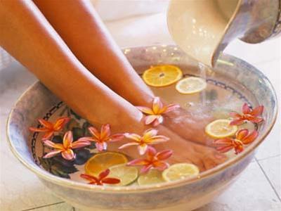 Ngâm chân trong nước là một trong những cách giúp bắp chân nhỏ lại.