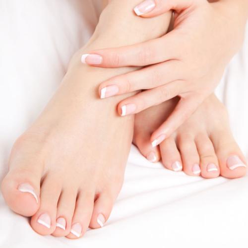 Thoa kem dưỡng da chân và mang vớ vào để tránh kem dưỡng dây vào chăn mền.