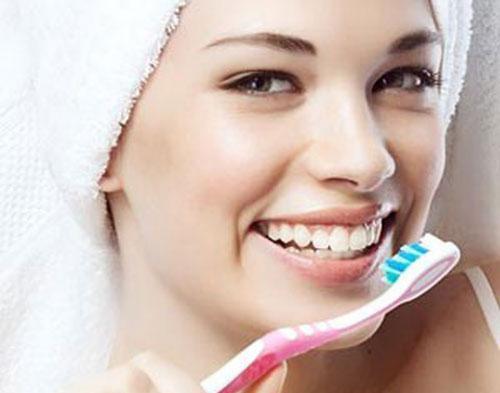 Mỗi tuần đánh răng với baking soda 1 lần sẽ giúp răng trắng.