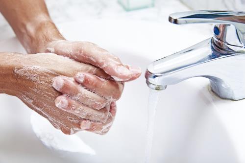 Bàn tay là nơi tích tụ nhiều vi khuẩn, nếu không vệ sinh thường xuyên, vi khuẩn sẽ xâm nhập vào cơ thể và gây hại.