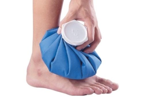 Chườm đá là một trong những cách giảm đau hiệu quả khi da bị phồng rộp. (Ảnh minh họa)