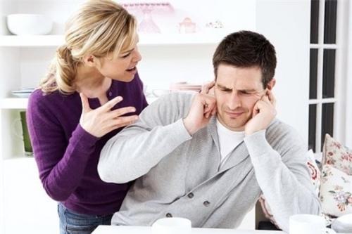 Thói quen phàn nàn sẽ khiến cho anh ấy cảm thấy chán nản và nghĩ rằng bạn chỉ muốn thể hiện uy quyền của mình