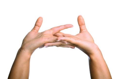 4 tac hai khon luong khi be khop ngon tay