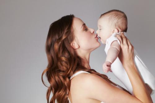 Ôm hôn trẻ mỗi ngày là phương thuốc tự nhiên hữu hiệu nhất.