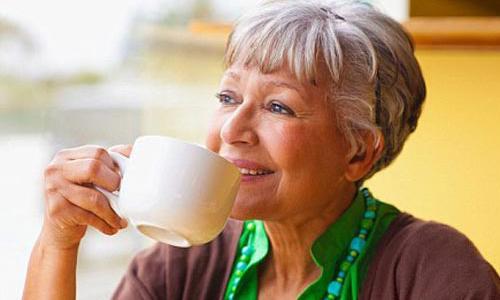 Trà xanh trị loãng xương ở người già.