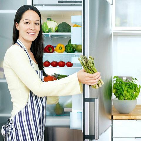 Để khử mùi thực phẩm bám trong tủ lạnh, bạn có thể tận dụng trái chanh.