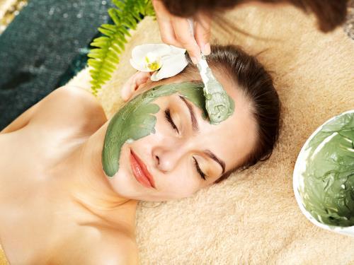 Đắp mặt nạ sẽ giúp bổ sung độ ẩm cho làn da trong những ngày giá rét.