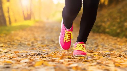 Tập luyện thể dục giúp máu lưu thông tốt hơn, hạn chế khô nẻ cho làn da.