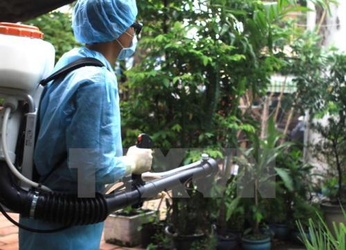 Nhân viên Y tế dự phòng địa phương phun thuốc diệt muỗi và lăng quăng khi phát hiện trường hợp nhiễm virus Zika tại quận 9, Thành phố Hồ Chí Minh. (Ảnh: Phương Vy/TTXVN)