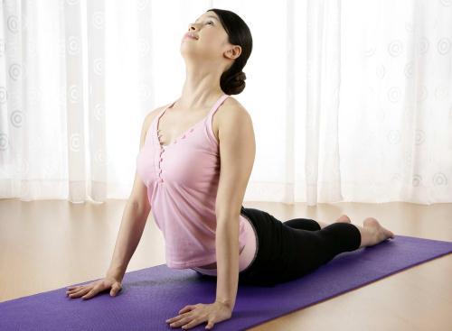 Khoi dong ngay moi day nang luong cung 7 bai tap Yoga