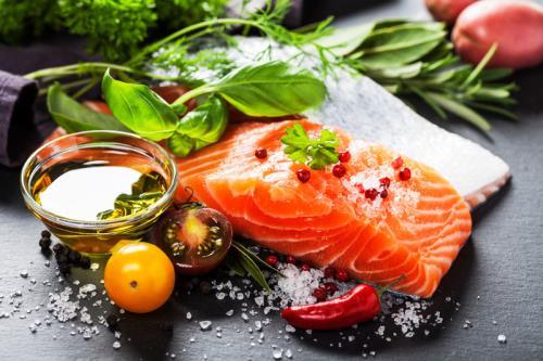 Nên ăn uống cân bằng để kiểm soát cholesterol