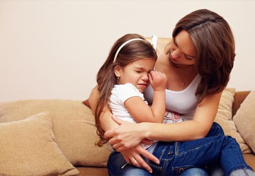 Điều tốt nhất bạn cần phải làm là nhẹ nhàng với bé, bạo lực chỉ khiến bé sợ bạn chứ không làm bé hiểu vấn đề