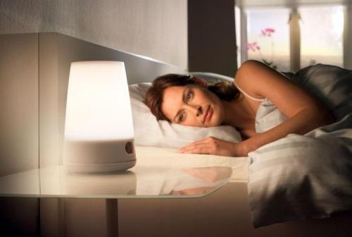 Không nên mở đèn hay đặt các thiết bị điện tử bên cạnh khi ngủ