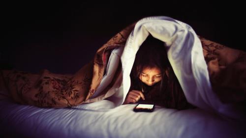Sử dụng thiết bị điện tử trước khi ngủ cũng làm tăng cân