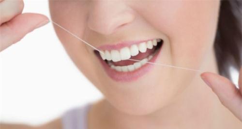 Dùng chỉ nha khoa không đúng cách cũng có thể làm hỏng men răng.
