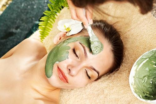 Đắp mặt nạ từ lá ổi xay nhuyễn sẽ giúp bạn có một làn da sạch mụn và mịn màng đến bất ngờ (ảnh minh họa)