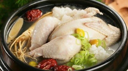 Món gà hầm có mùi vị đậm đà và hấp dẫn hơn khi có chanh