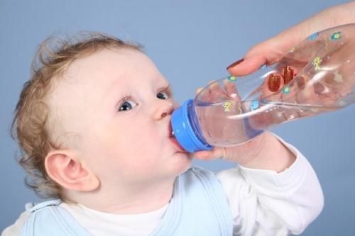 Khi trẻ bị ngạt mũi, mẹ nên cho trẻ uống nước nhiều hơn