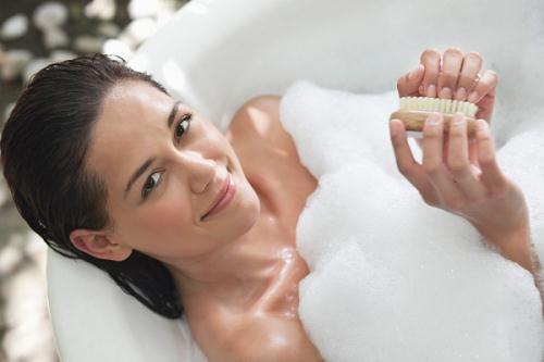 Tắm trước khi cạo lông sẽ khiến da mềm hơn và dễ cạo hơn