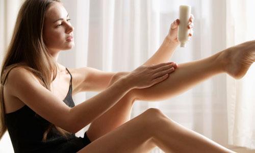 Sau khi cạo xong hãy thoa kem dưỡng ẩm để làm dịu da chân