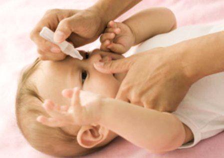 Mẹ nên vệ sinh mắt cho bé bằng cách nhỏ nước muối sinh lý
