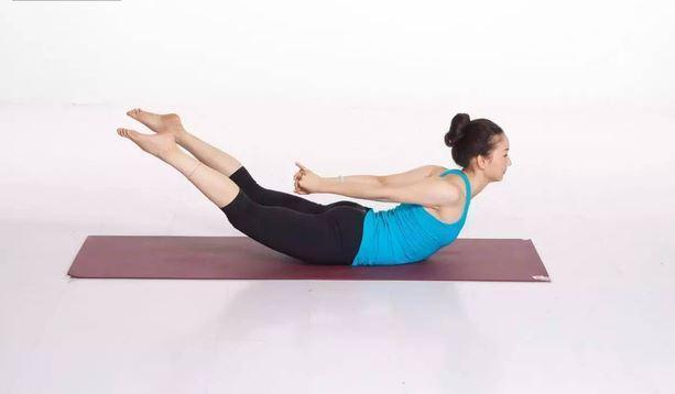 Chi bang dong tac Chim yen bay trong yoga ban co the chua khoi dau lung, thoat vi dia dem...