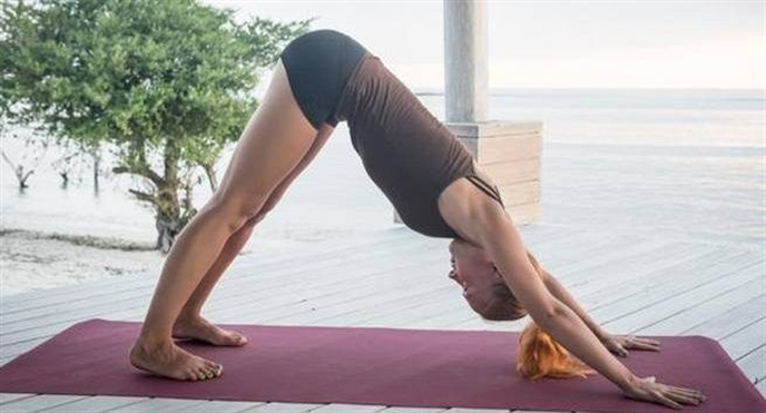 5 tu the yoga giup ban co vong bung phang li chi trong 1 tuan