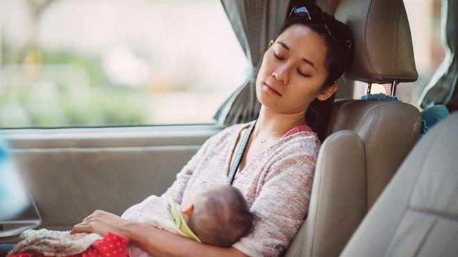 Lan dau lam cha me: Chat luong giac ngu se giam di trong 6 nam dau khi con sinh ra