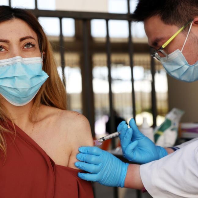 Vi sao tiem vaccine COVID-19 mui 2 phan ung lai ro ret hon?
