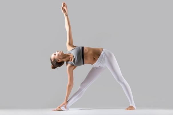 3 tu the yoga don gian giup ban giam can trong mua dich