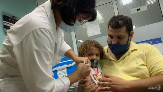 Cuba la nuoc dau tien tren the gioi bat dau tiem vaccine COVID-19 cho tre moi biet di