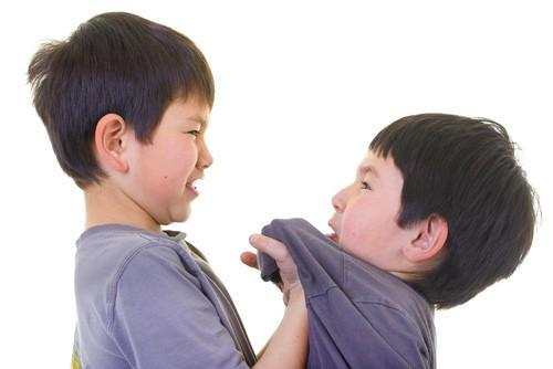Nhung dua tre hay bi anh chi em bat nat de mac cac van de suc khoe tinh than va the chat kem hon khi lon len